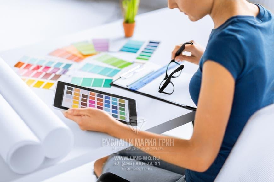 Дизайнер выбирает цвета интерьера