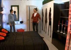 Чем хорошо отремонтированная комната отличается от дизайнерского интерьера? Чем декор отличается от ремонта? Супруги и дизайнеры Руслан и Мария Грин ответили на эти вопросы, задекорировав комнату молодоженов. Комната была отремонтирована хозяйкой Юлей, пока муж был в командировке. И не то, чтобы неудачно, но всем было очевидно, что в интерьере чего-то не хватает, а именно-декора. Руслан и Мария, увидев черно-белое помещение, удивились —ведь не каждая женщина самостоятельно решится на такое смелое дизайнерское решение.