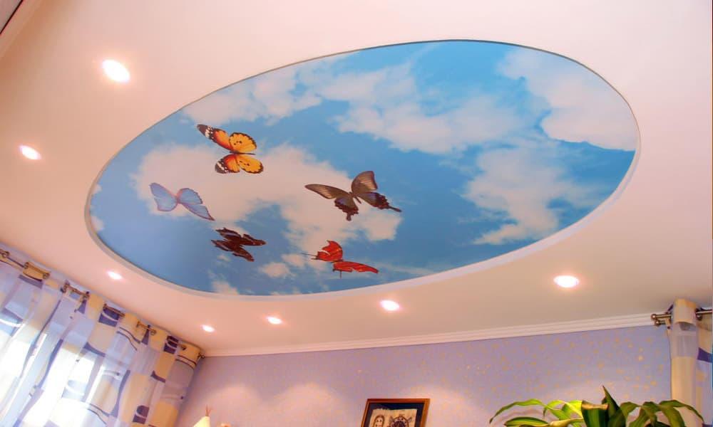 Дизайн натяжного потолка с бабочками