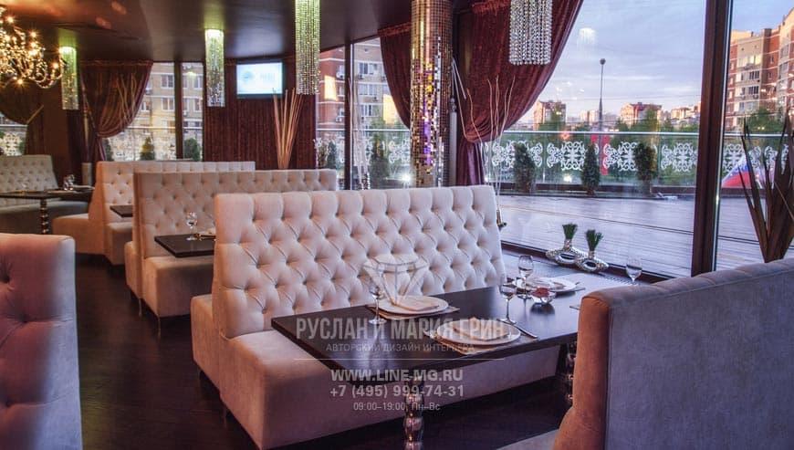Интерьер ресторана с панорамными окнами