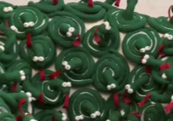 Дизайнеры Руслан и Мария Грин показывают, как сделать кресло из 200 игрушечных змеек