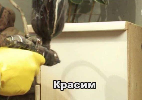Известные московские дизайнеры Руслан и Мария Грин показывают, как своими руками перекрасить старую тумбочку.