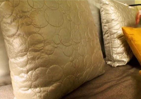 Дизайнеры Руслан и Мария Грин показывают, чем покрыть мебельный щит над кроватью, чтобы он стал глянцевый.