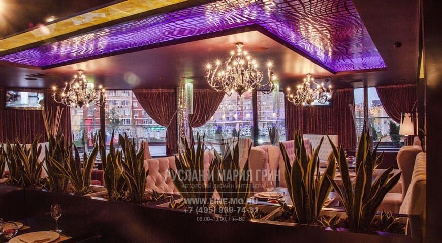 Люстры Swan и сиреневая подсветка потолка в декоре ресторана в Москве