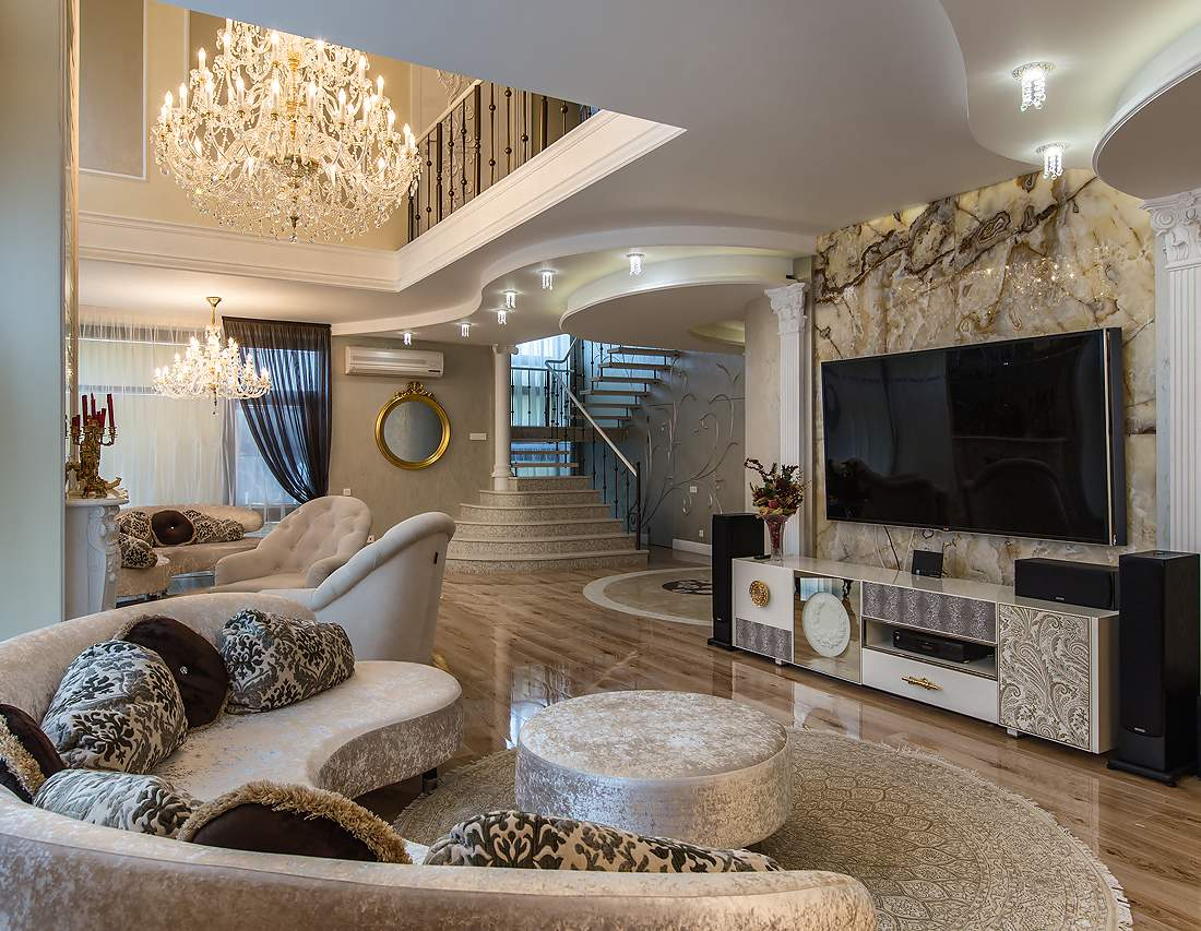 Красивая гостиная в интерьере частного дома