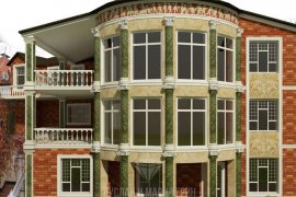 Дизайн фасада дома на резком склоне