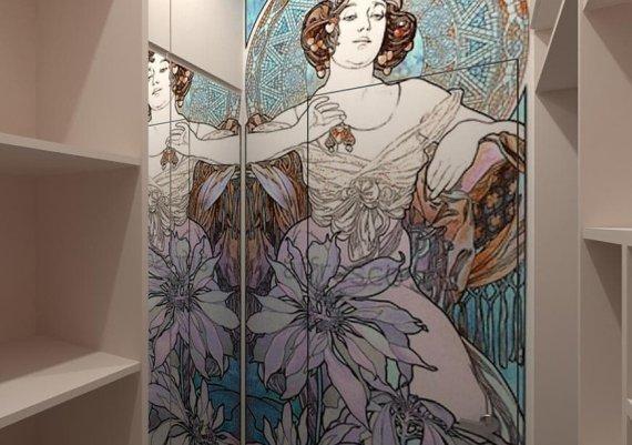 Декор в стиле модерн скрывает дверь в гардеробную