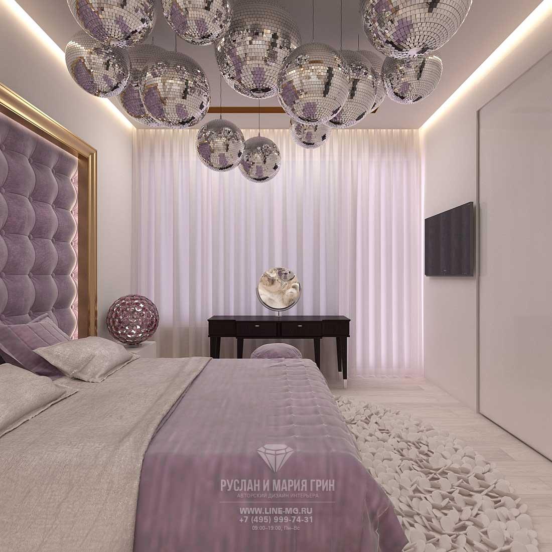 Интерьер светлой спальни с сиреневыми акцентами