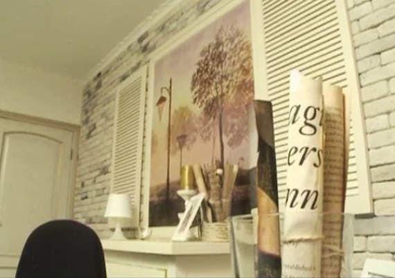 Дизайнеры Руслан и Мария Грин показывают, как сделать красивую стену из кирпича, плитки с росписью, окрашенного молдинга и ставней
