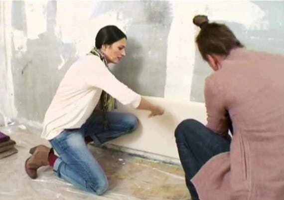 Московские дизайнеры Руслан и Мария Грин показывают, как своими руками можно сделать мягкие панели вместо обоев из подручных средств.