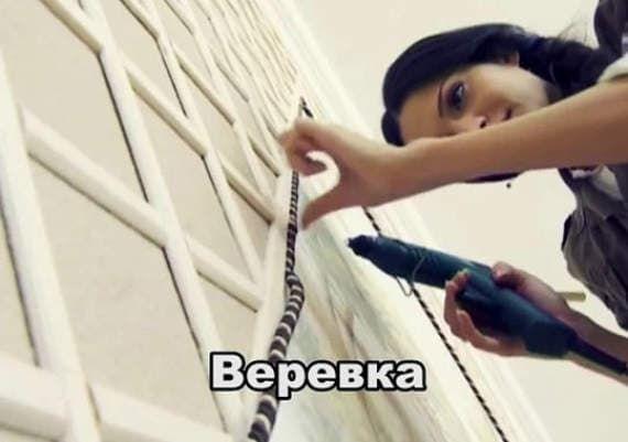 Московские дизайнеры Руслан и Мария Грин показывают, как сделать панно на стене с деревянными рейками и веревкой.