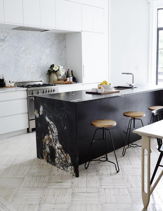 Черный кухонный остров в меблировке
