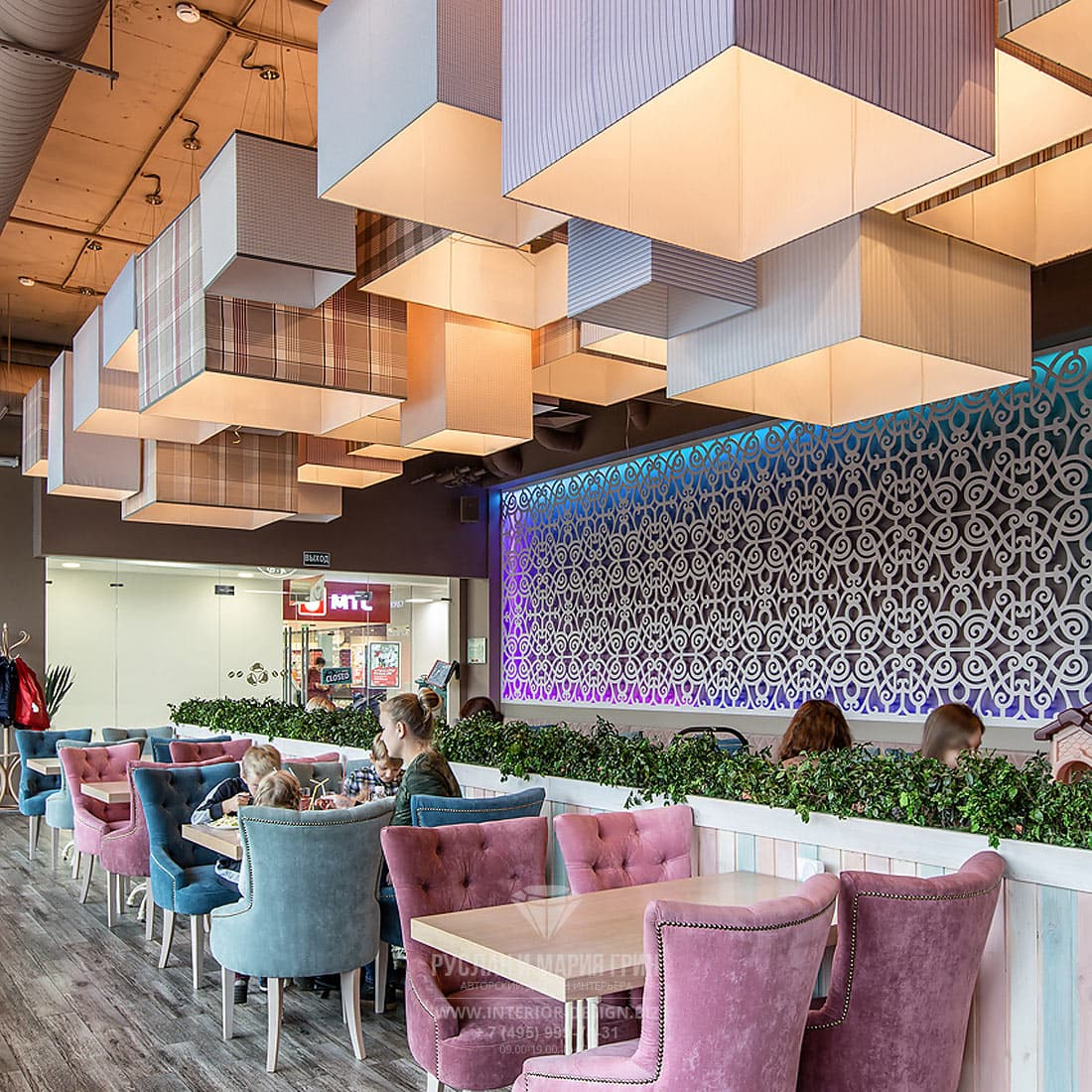 Интерьер кафе с креслами в пастельных тонах