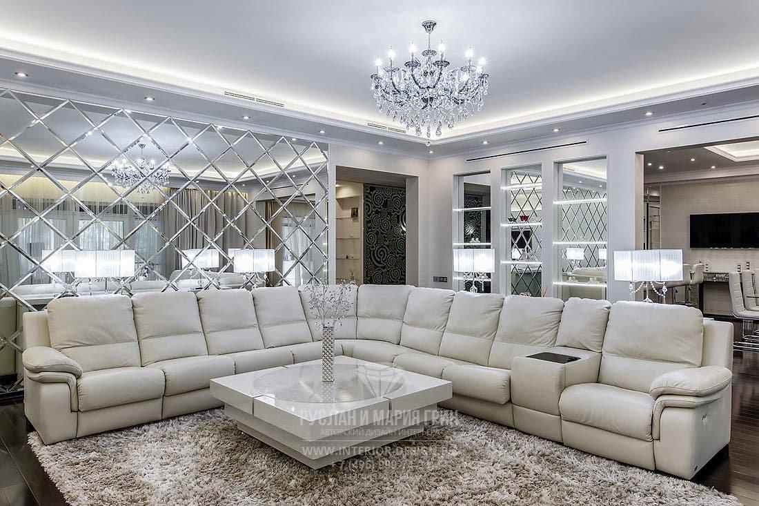 Ремонт дома – гостиная в светлых тонах с зеркальной стеной