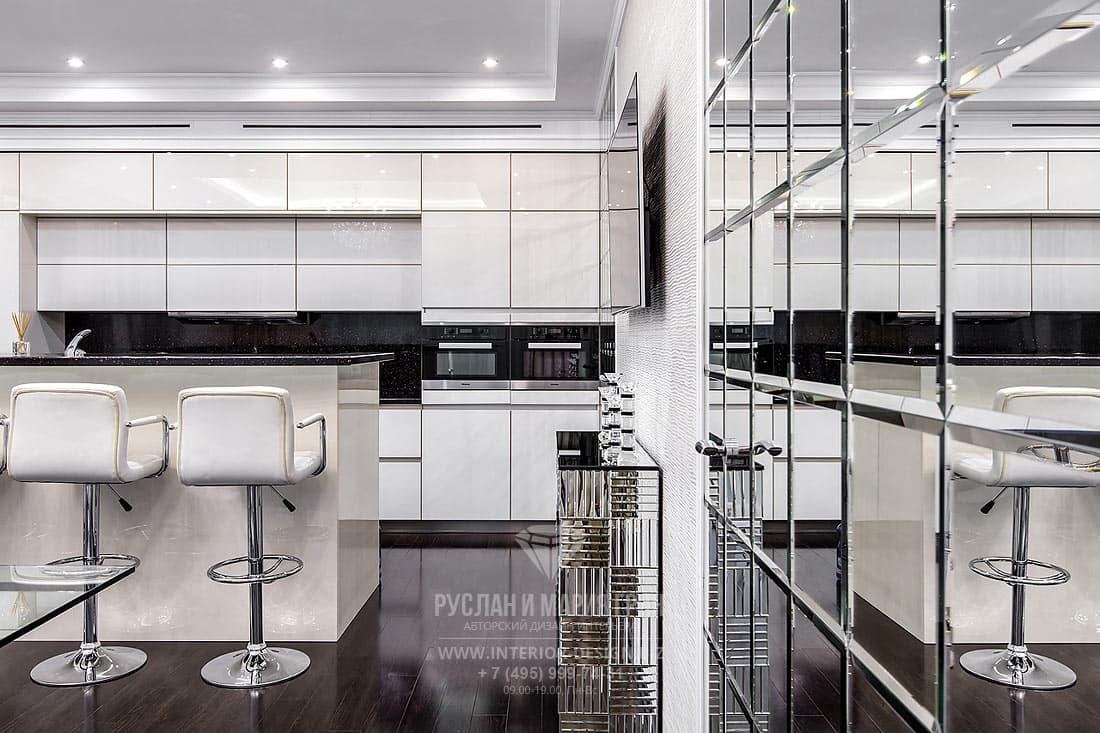 Белый интерьер кухни с кухонным островом