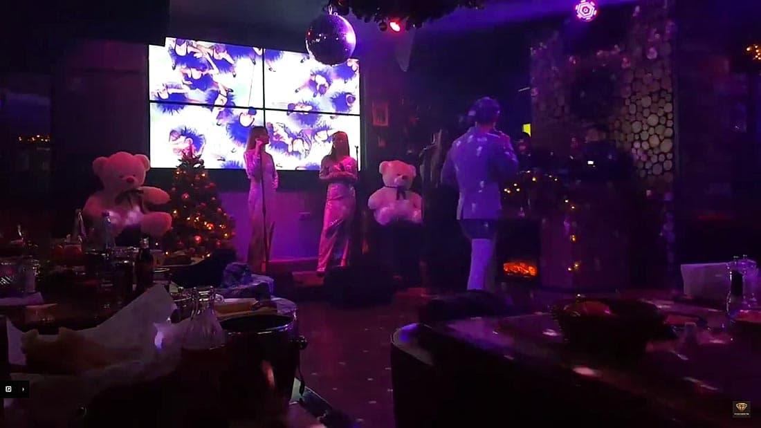 Атмосфера Нового года в караоке ресторана Сергея Светлакова Eshak