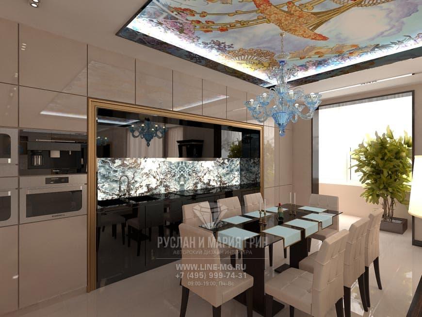 Интерьер бежевой кухни с потолочной росписью