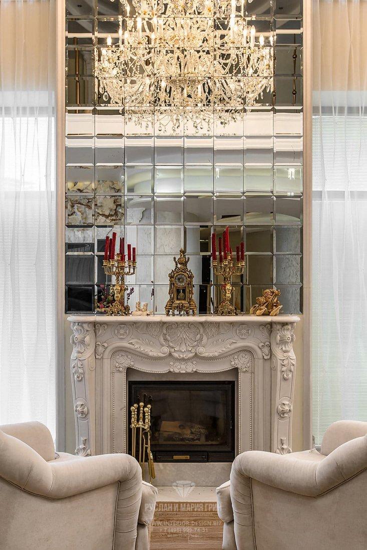 Интерьер гостиной с зеркальным камином после ремонта