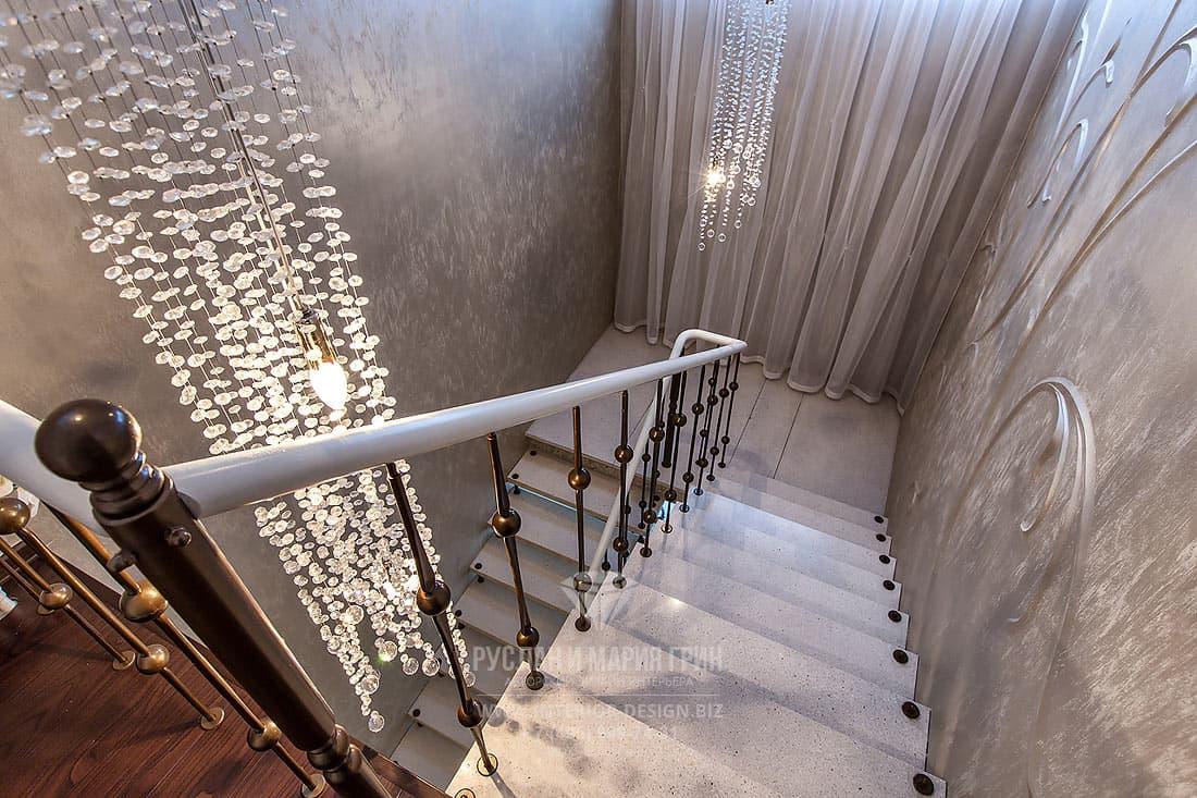 Дизайн интерьера лестницы в серых тонах