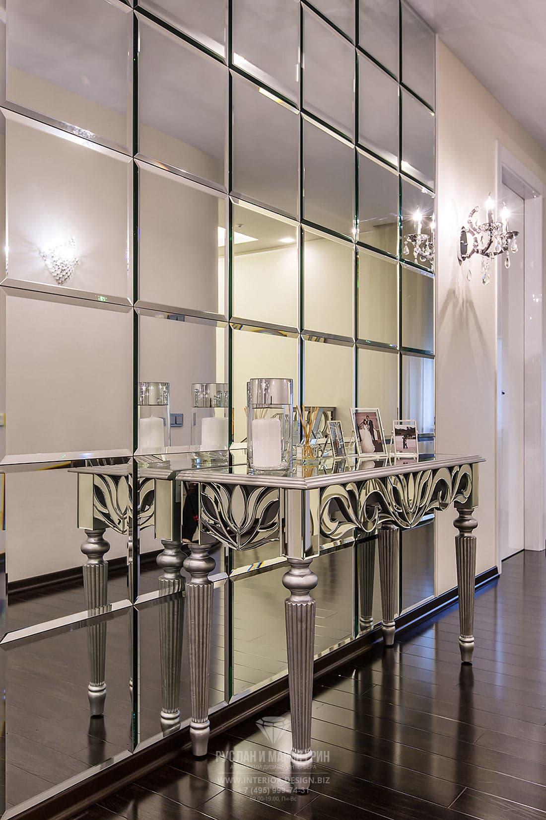 Консольный столик с зеркальной отделкой