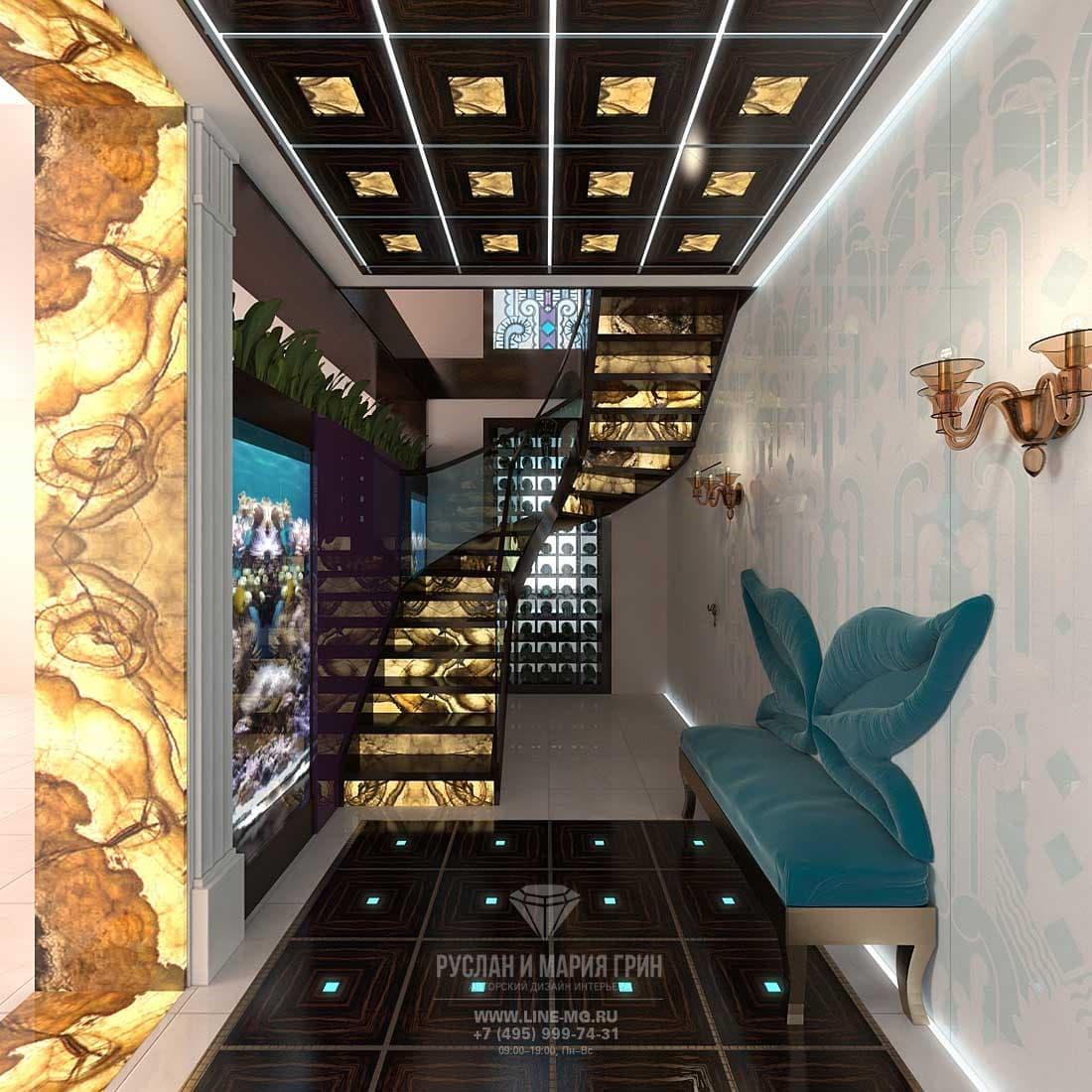 Интерьер лестничного холла с отделкой ониксом и мрамором