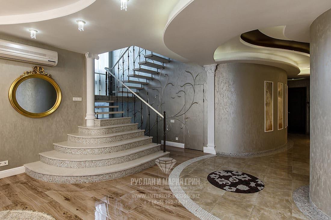 Интерьер лестничного холла в классическом стиле