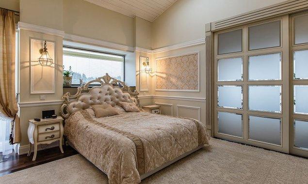 Классическая спальня и санузел в частном доме