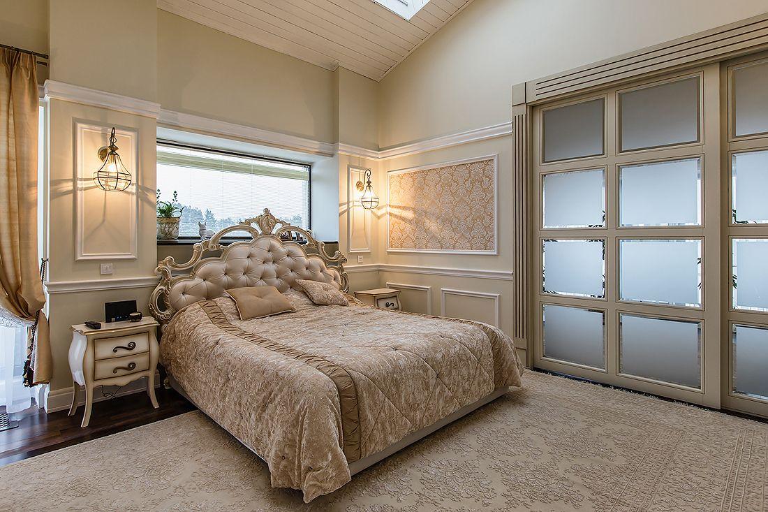 Интерьер спальни в классическом стиле в загородном доме