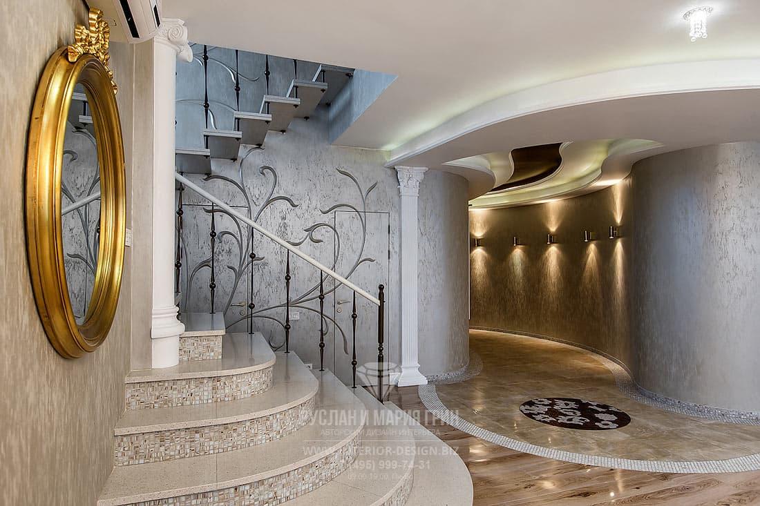 Реализованный дизайн-проект коттеджа. Интерьер лестничного холла