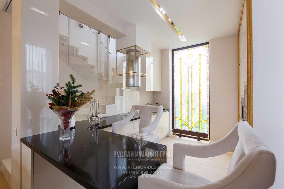 Белая кухня с барной стойкой и витражом