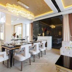 Столовая зона гостиной с камином в стиле арт-деко