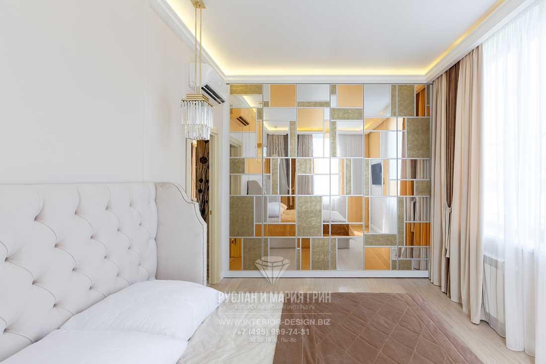 Стеновые панели с зеркальными вставками в спальне