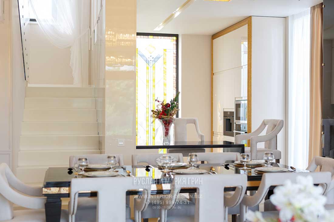 Белая кухня-столовая в стиле арт-деко