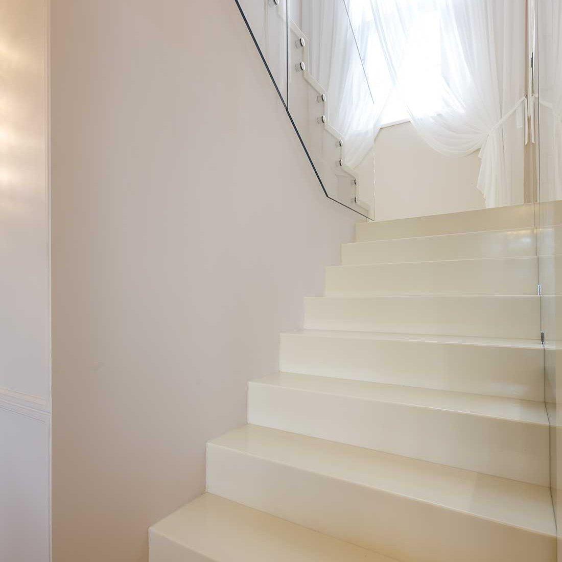 Дизайн лестницы дома в КП «Высокий берег»