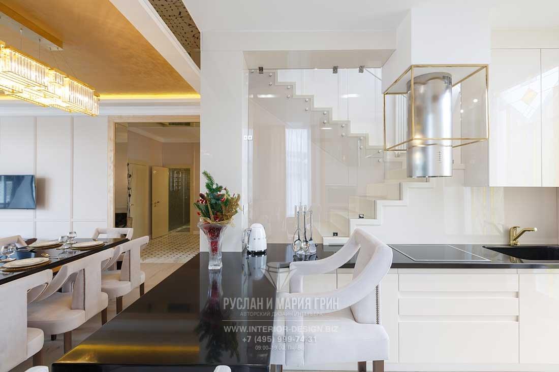 Дизайн белой кухни с барной стойкой