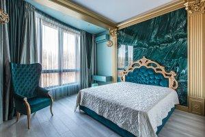 Интерьер бирюзовой спальни в стиле неоклассика