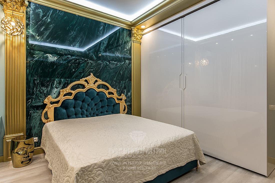 Дизайн спальни с изумрудными акцентами