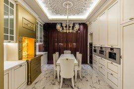 Дизайн и ремонт белой кухни с бордовыми акцентами