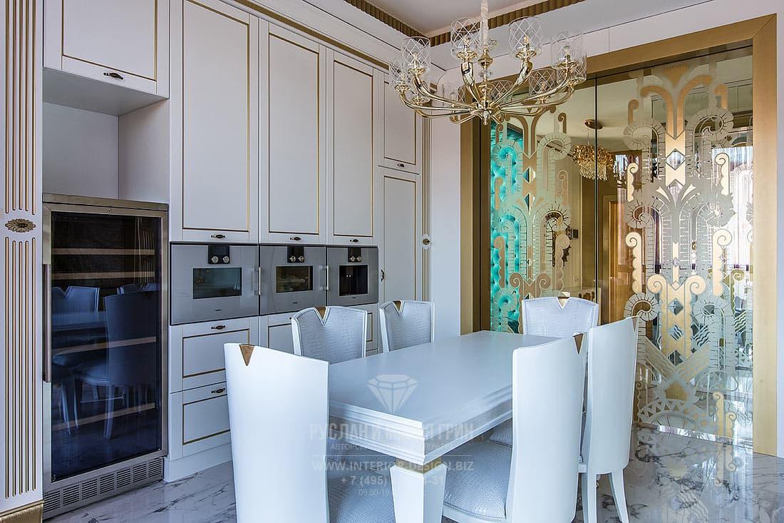 Интерьер кухни со стеклянной дверью
