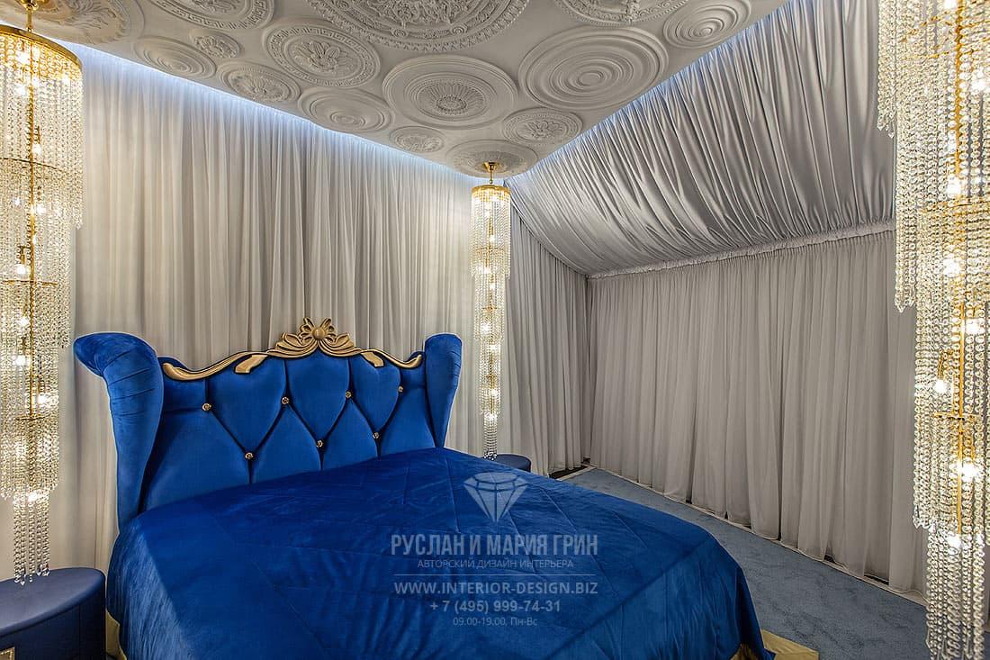 Дизайн спальни в синих с золотом тонах