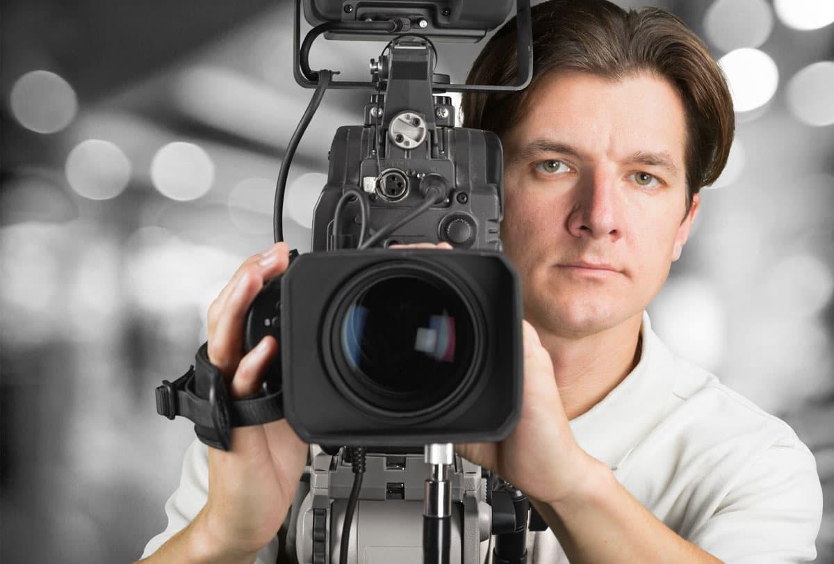 кинооператор с камерой