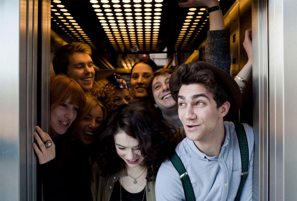 Полная кабина лифта