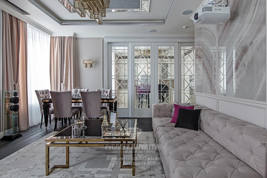 Красивая гостиная в стиле американская классика с раздвижными стеклянными дверями