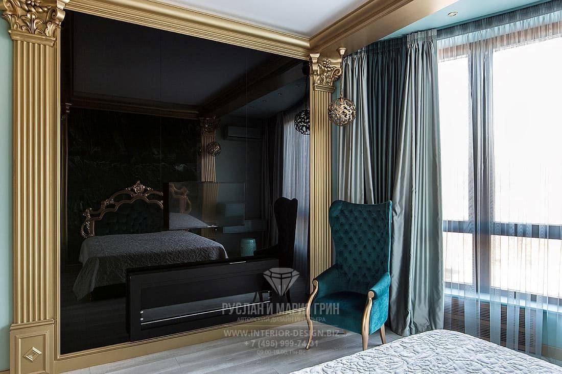 Интерьер бирюзовой гостевой спальни с биокамином