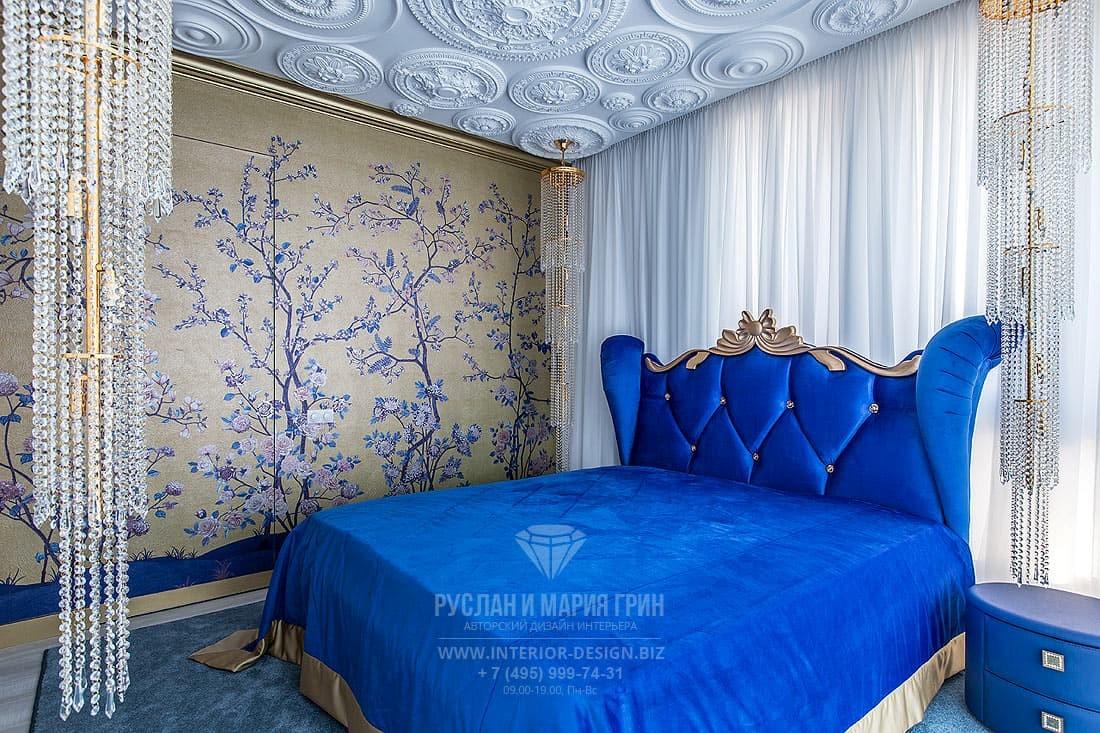 Интерьер классической спальни с золотистыми обоями шинуазри