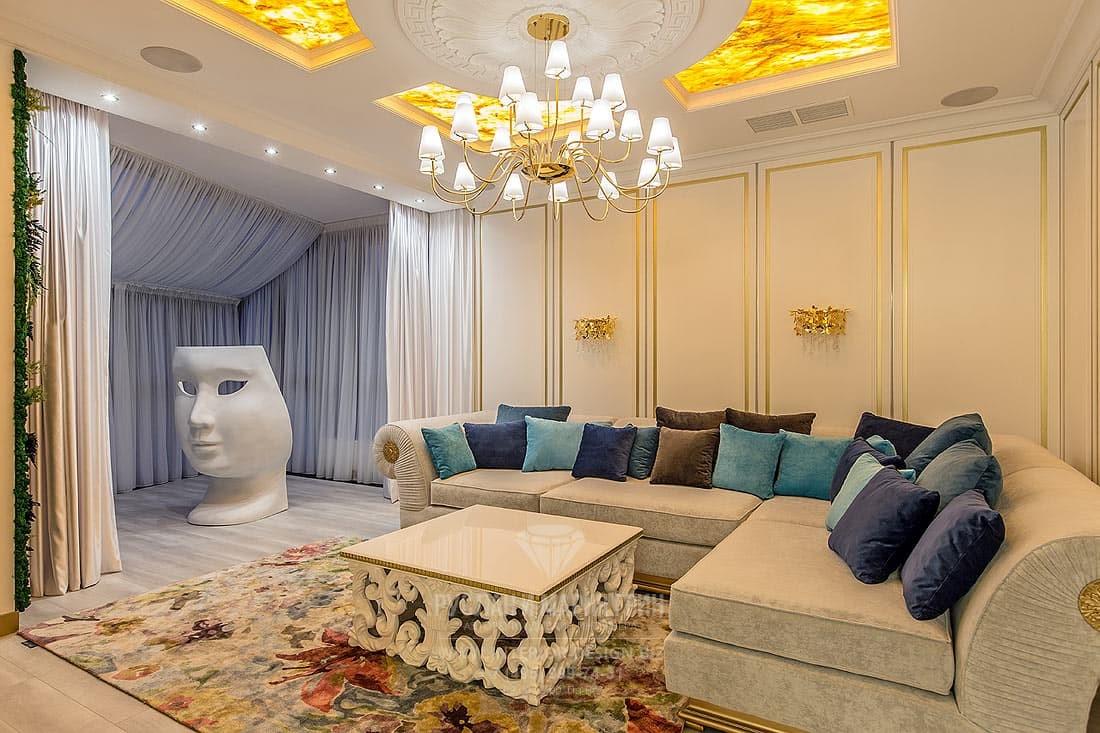 Интерьер классической гостиной с элементами эклектики и кессонами на потолке