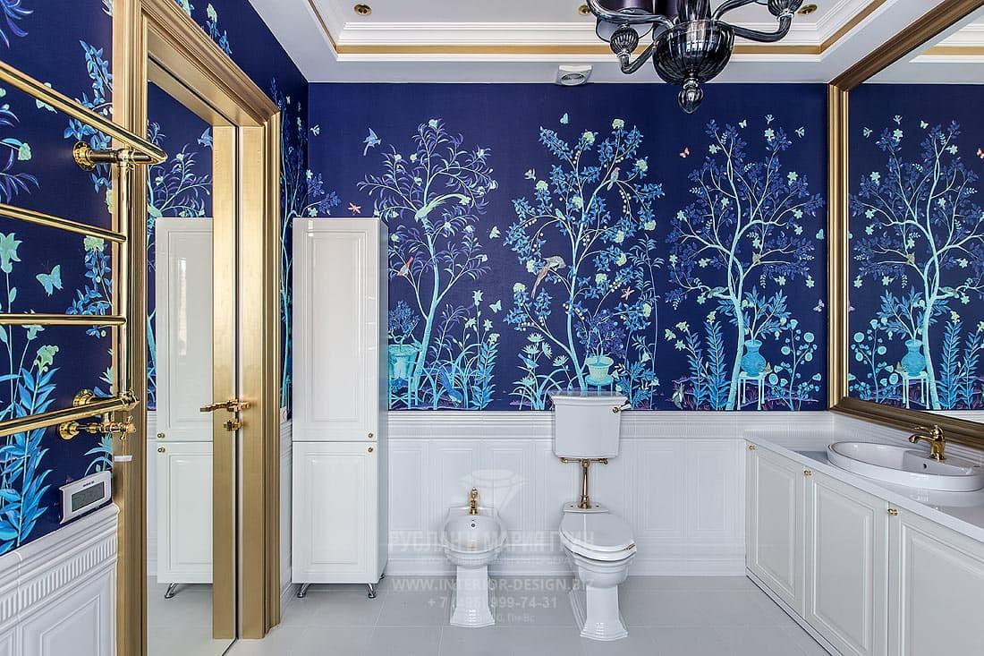 Дизайн ванной в стиле классика с яркими обоями и деревянным цоколем