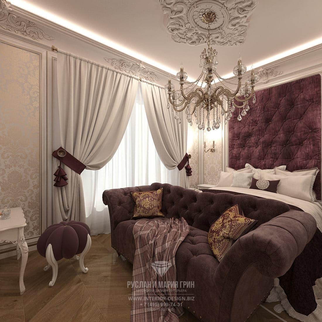 Дизайн бордовой спальни в классическом стиле с хрустальной люстрой
