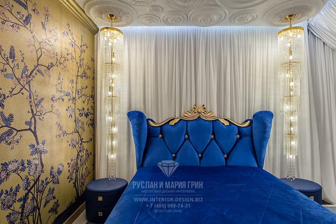 Спальня с элементами классики и арт-деко и роскошными хрустальными подвесами