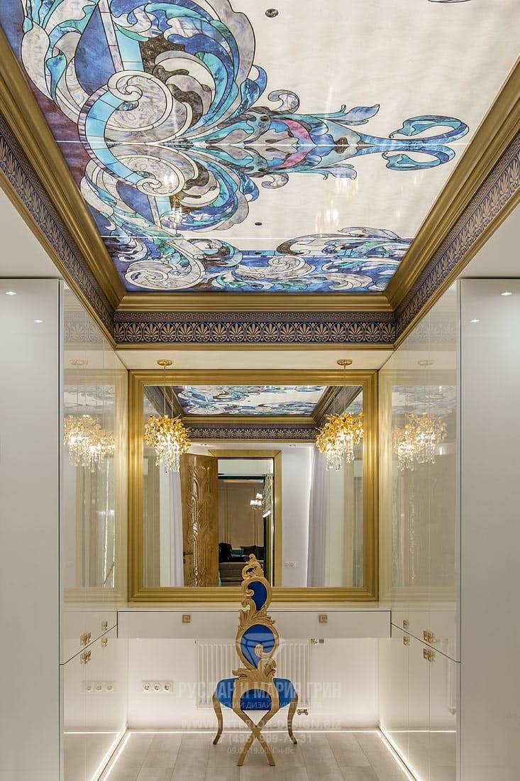 Интерьер белого будуара с классическими деталями и витражным потолком